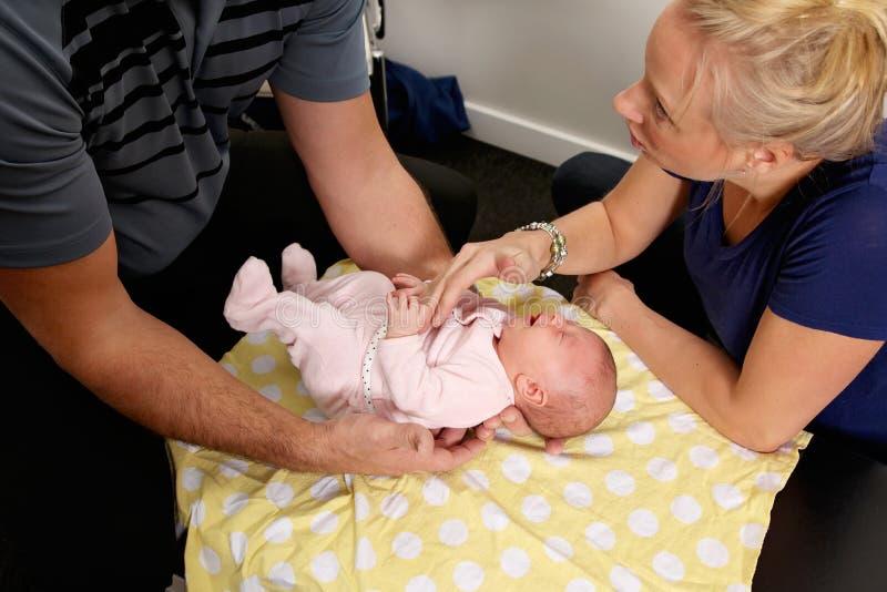 小儿科按摩脊柱治疗者 免版税库存照片