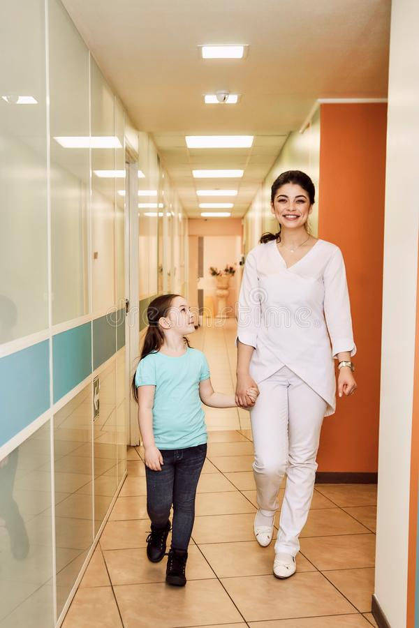 小儿科牙科 牙医带领女孩对待牙 库存照片