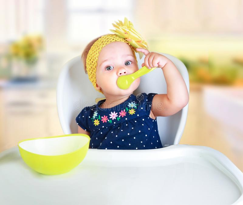小儿童吃 孩子` s营养 免版税库存照片