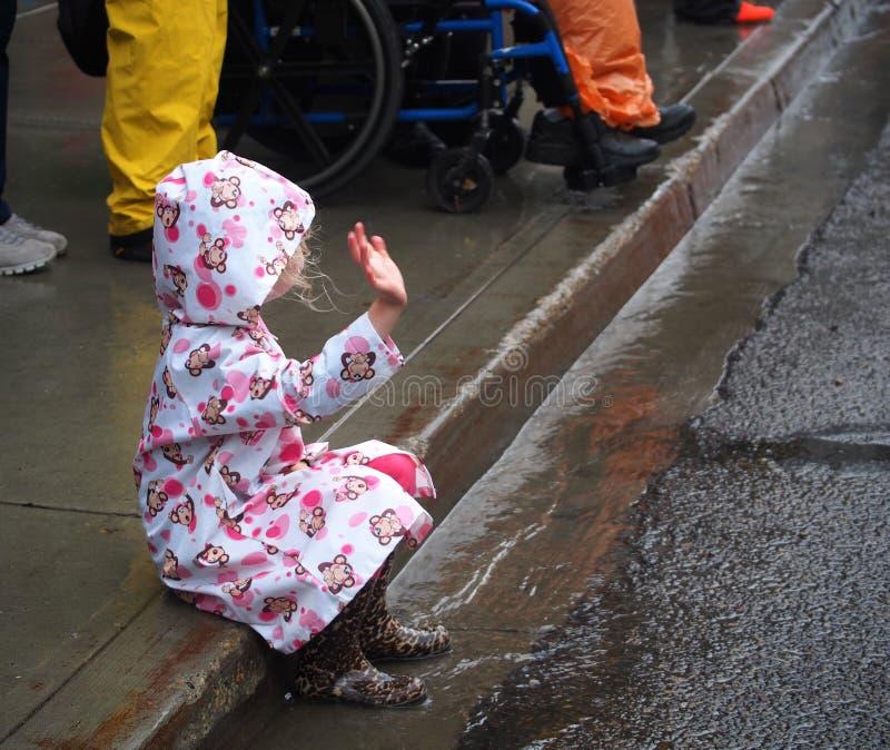 小儿童观看的游行 免版税库存照片