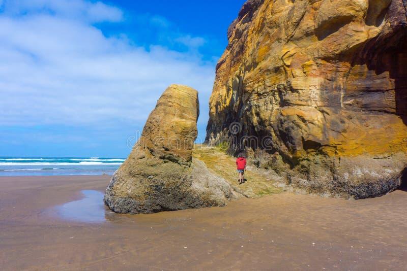 小儿童远足拥抱点岩层俄勒冈海岸 免版税库存图片
