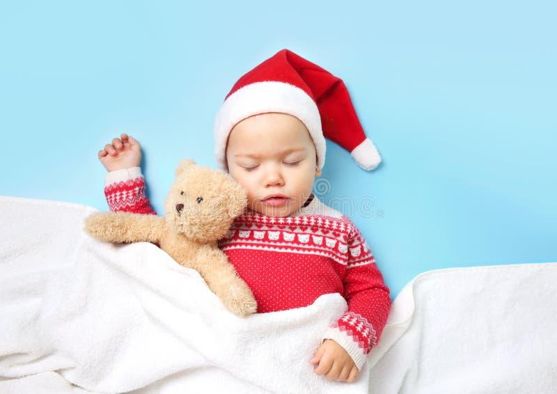 小儿童slepping圣诞老人的帽子,空的空间背景 图库摄影