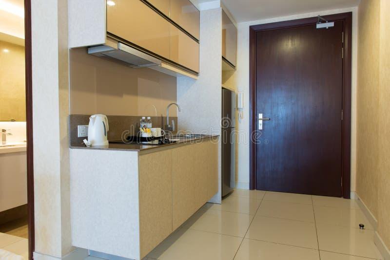 小公寓的厨房 免版税库存图片