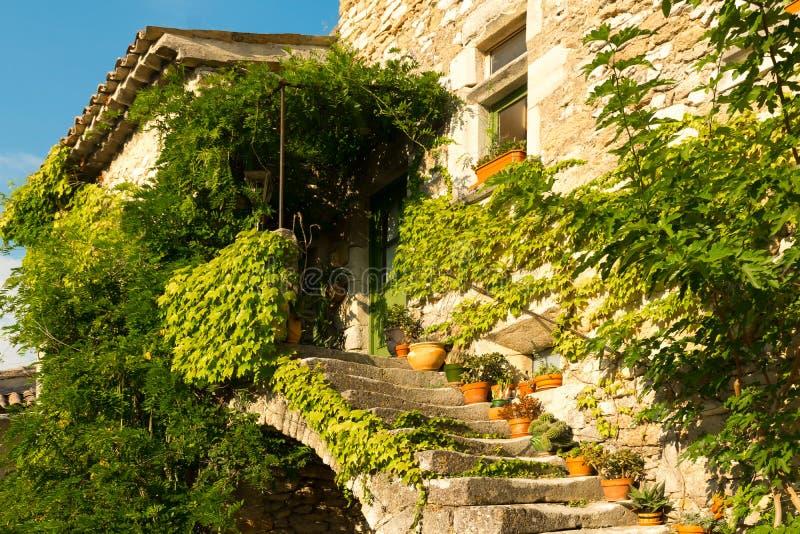 小典型的镇的老长满的房子在普罗旺斯,法国 库存照片