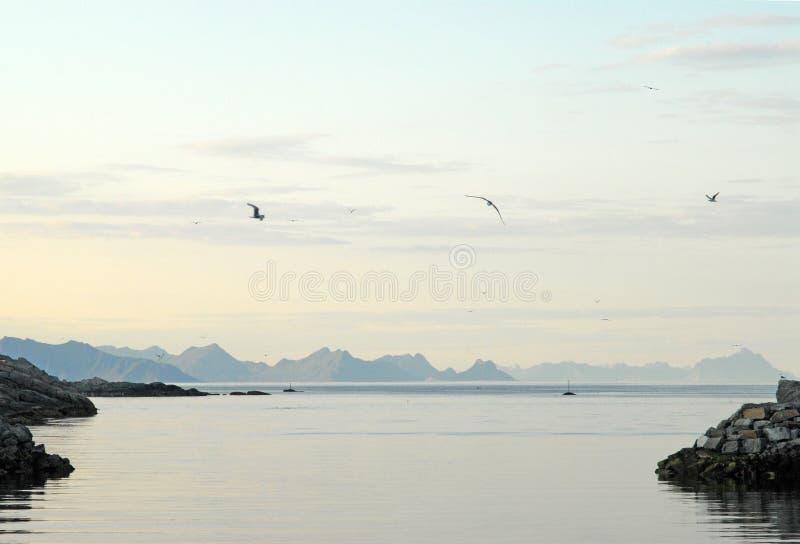 小划线员船离开大海的船坞标题 库存图片