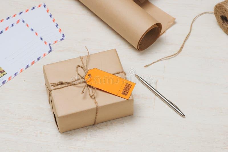 小包栓与与附属的地址橙色标签的串 图库摄影