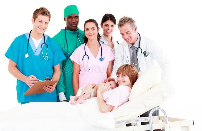小医生新出生她的母亲 库存图片