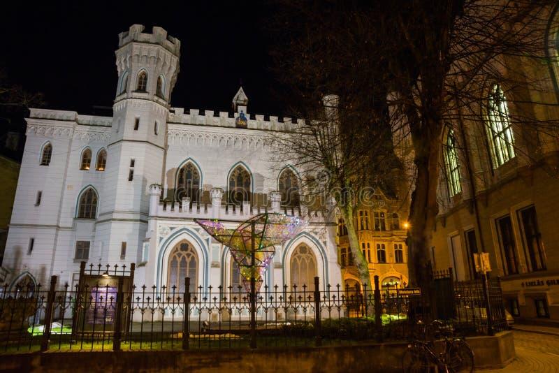 小协会议院在老城市在里加在拉脱维亚 与照明设备的夜风景 图库摄影