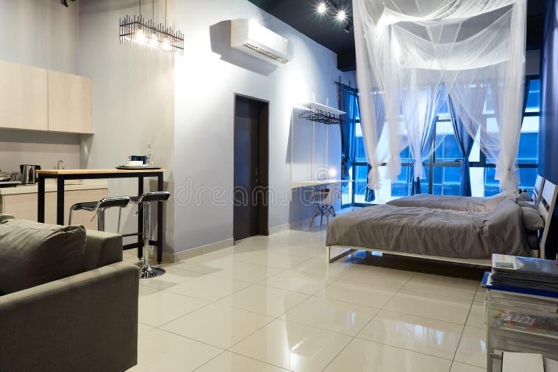 小单室公寓的现代内部 库存图片