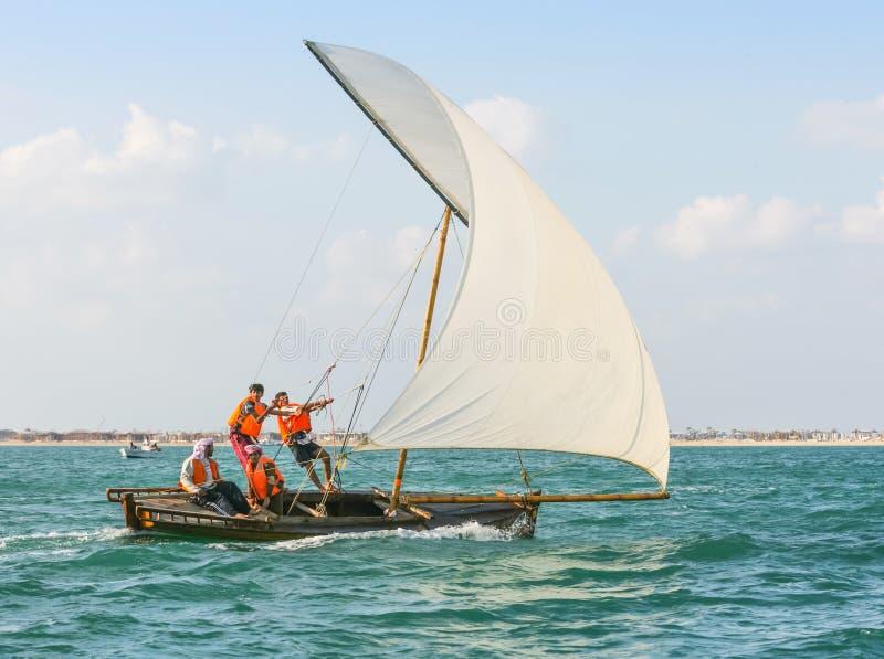 小单桅三角帆船航行离开迪拜 免版税库存图片