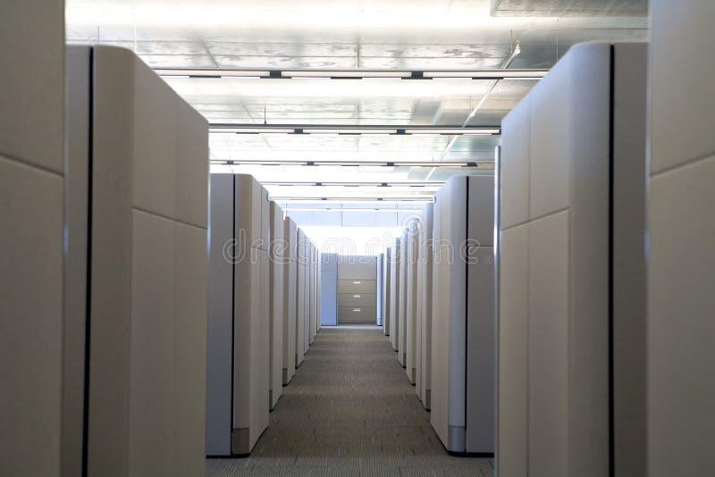 小卧室走廊现代办公室被上升的视图 免版税库存图片