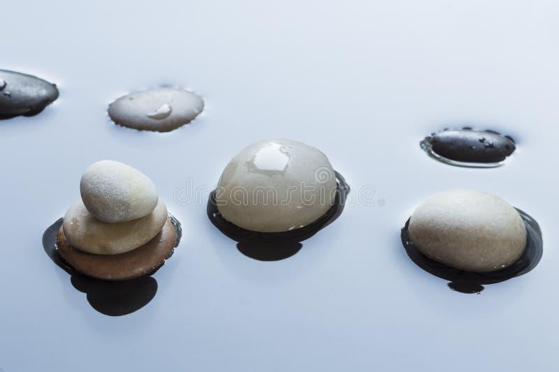 小卵石在水中 免版税库存图片
