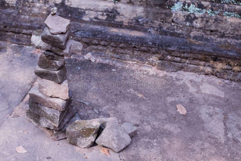 小卵石的专栏在古老废墟中的 石头Сolumn  免版税库存图片