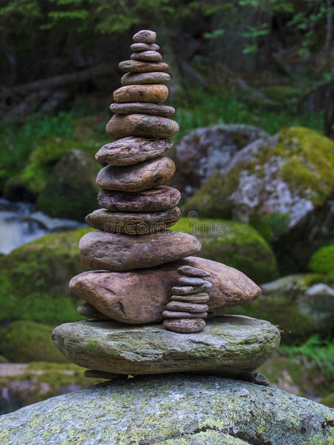 小卵石,被堆积的石头作为一个石雕象,短的景深 免版税库存照片