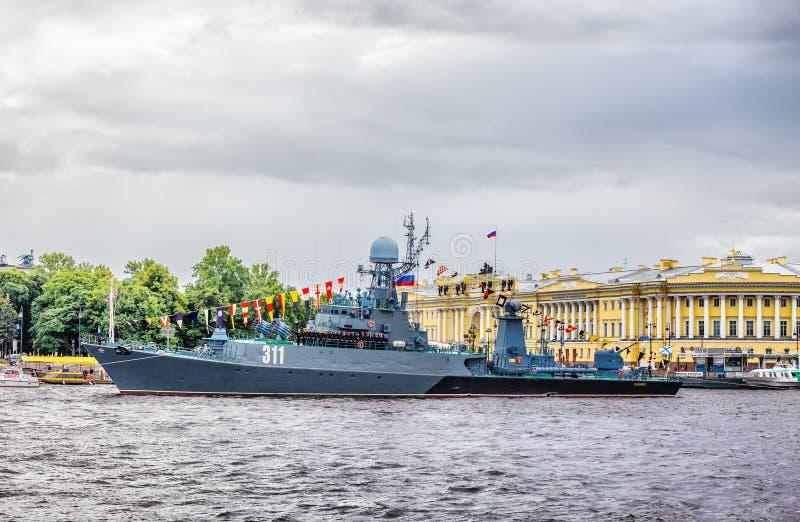 小反潜艇船Kazanetz在俄国旗子的天在圣彼德堡 免版税库存图片