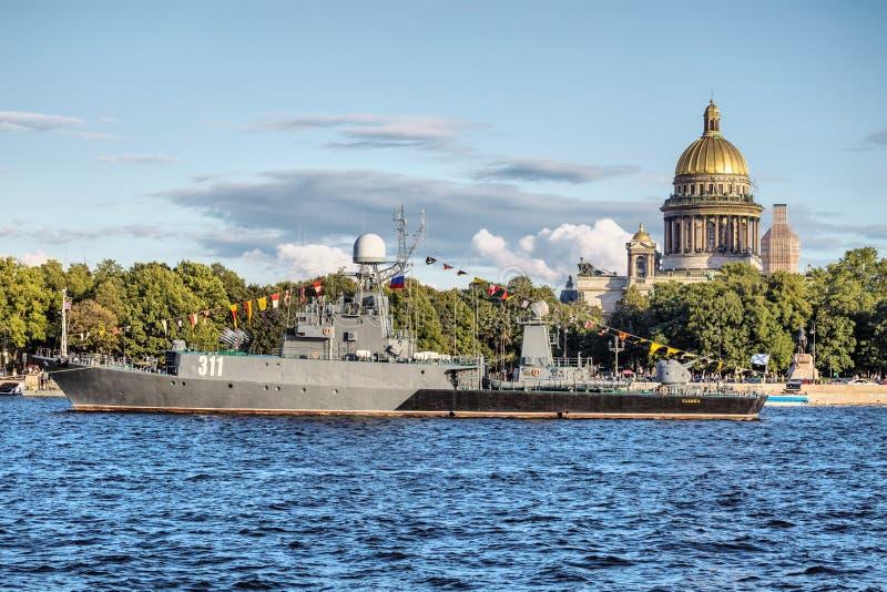 小反潜艇船Kazanetz在俄罗斯旗子的天,圣彼德堡 库存图片