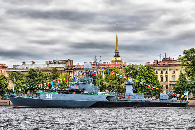 小反潜艇船Urengoy在俄罗斯旗子的天在圣彼德堡 图库摄影