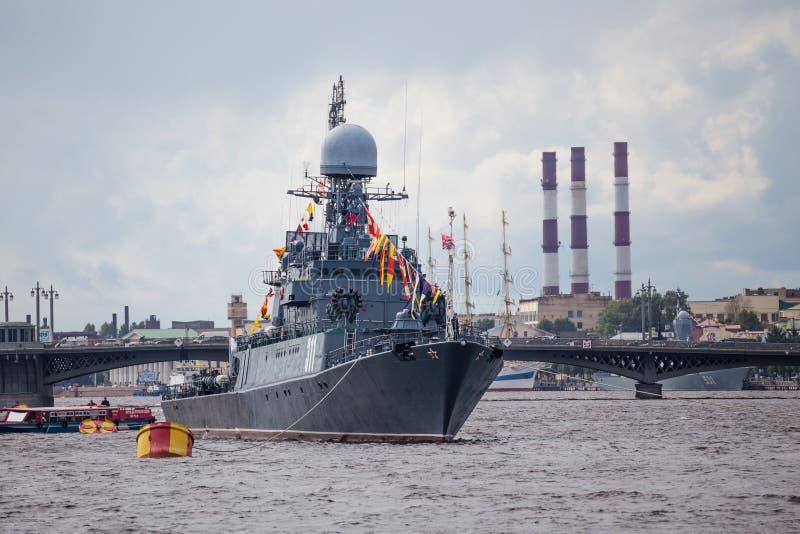 小反潜艇船Urengoy在俄罗斯旗子的天 库存照片