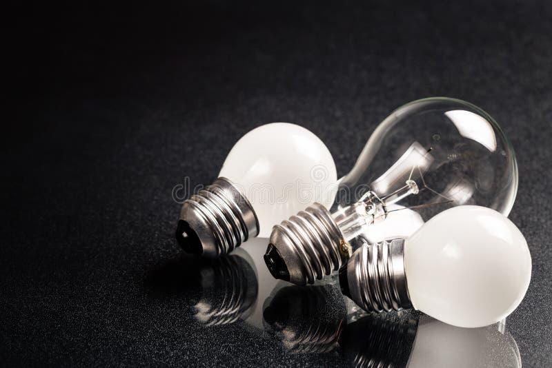 小和大电灯泡 库存照片