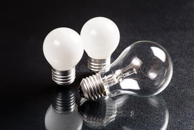 小和大电灯泡 免版税库存照片