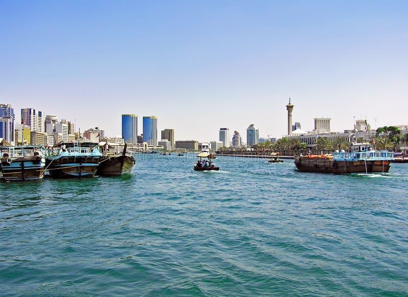 小和大船在迪拜Creek航行在阿联酋 免版税库存图片