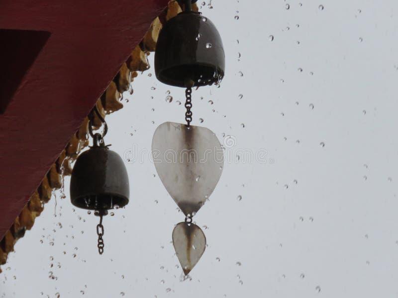 小响铃在泰国寺庙屋顶下在一个雨天 库存图片