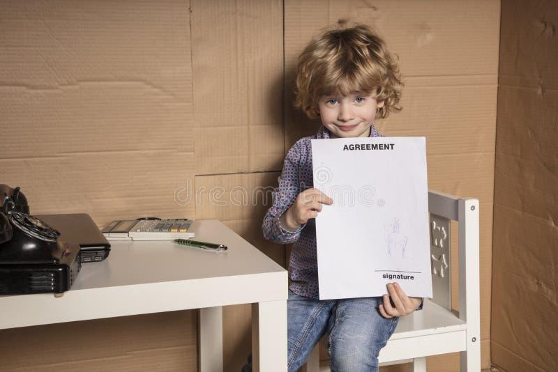 小商人在哪里显示签合同 库存图片