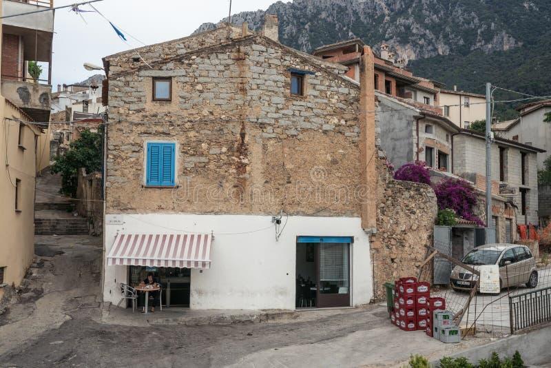 小商店在老房子里由石头做成 奥列纳村庄,努奥罗省,撒丁岛,意大利 免版税库存照片