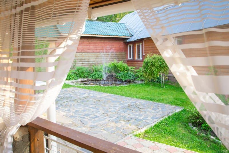 小喷泉的图象从窗口的 免版税库存图片