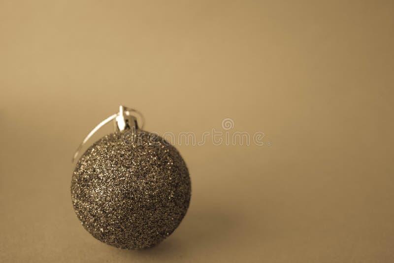 小回合xmas欢乐新年的球,圣诞节玩具被黏贴在与在黄色减速火箭的乌贼属背景的闪闪发光 免版税库存照片