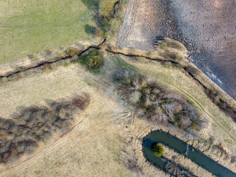 小国家河床鸟瞰图波浪在春天在乡下 免版税图库摄影