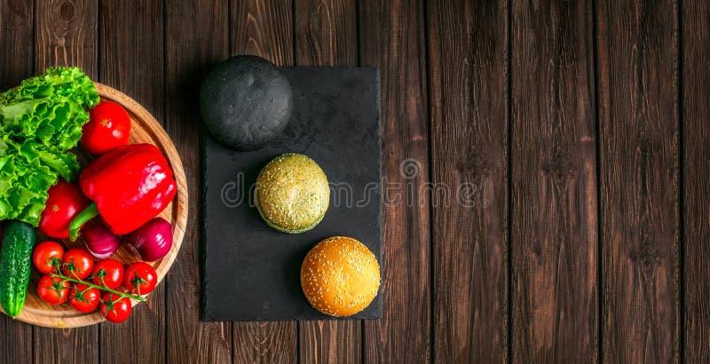 从小圆面包和菜上射击  库存图片