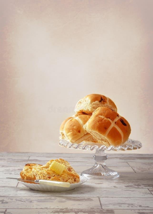 小圆面包涂奶油交叉热 库存图片