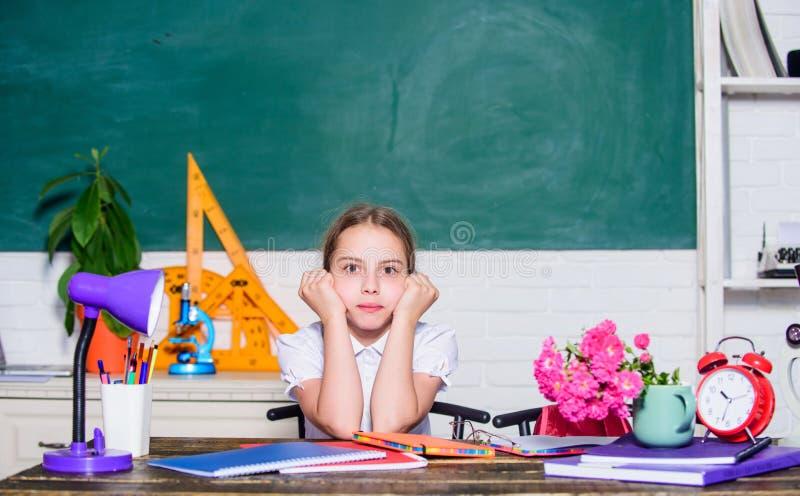 小在耳机的女孩研究音频书 正式不拘形式和nonformal教育 未来成功学习 数字时代 库存图片