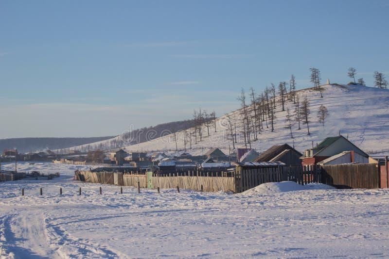 小地方村庄和森林山看法在Khovsgol的冬天在蒙古 库存照片