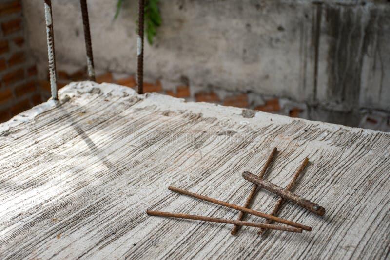 小块在水泥地板上的铁棍小组 免版税库存图片