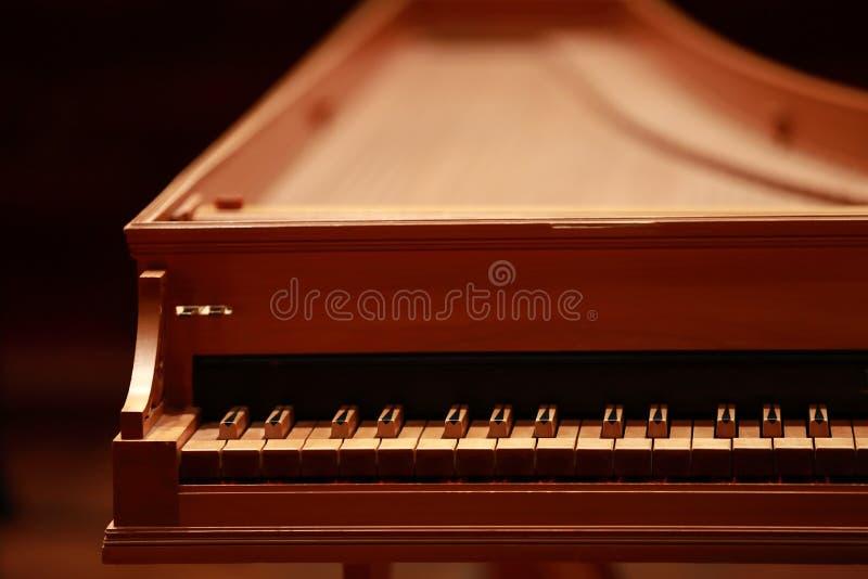 小型三角钢琴,钢琴钥匙,在一架老巴洛克式的击弦古钢琴的金黄钢琴钥匙 免版税库存照片