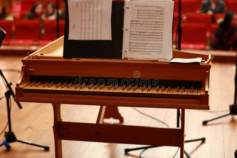 小型三角钢琴,钢琴钥匙,在一架老巴洛克式的击弦古钢琴的金黄钢琴钥匙 免版税图库摄影