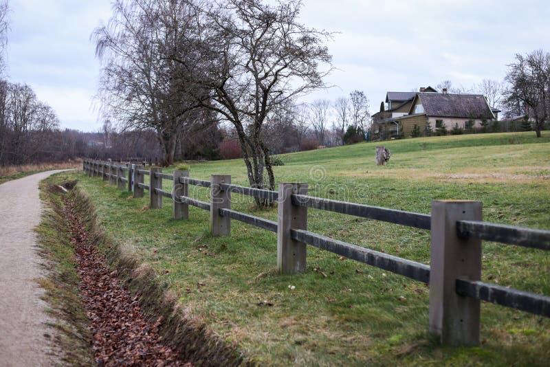 小型乡村步行、远足旅游路径,位于拉脱维亚市Kuldīga 库存照片