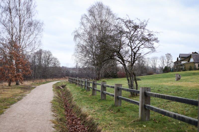 小型乡村步行、远足旅游路径,位于拉脱维亚市Kuldīga 免版税库存图片