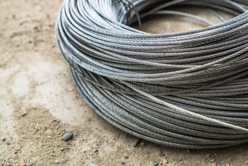 小型金属缆绳导线 担子在建筑地面的吊索绳索 免版税库存照片