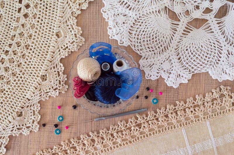 小垫布和供应小钩编织的 免版税库存照片