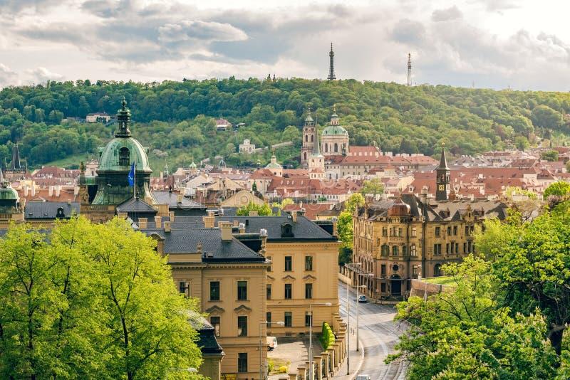 小城布拉格建筑与柏特林瞭望塔 免版税库存照片