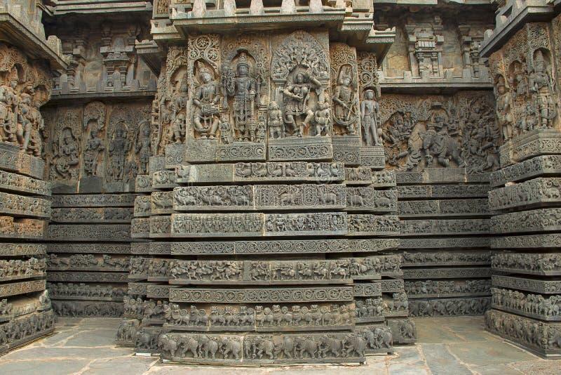 小塔和华丽安心在墙壁, Hoysaleshvara寺庙, Halebid,卡纳塔克邦,印度,看法上从东北镇 图库摄影