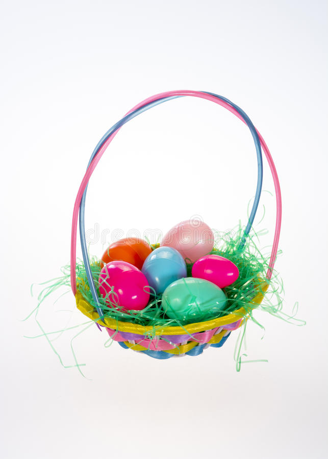 小复活节篮子用六个塑料鸡蛋 图库摄影