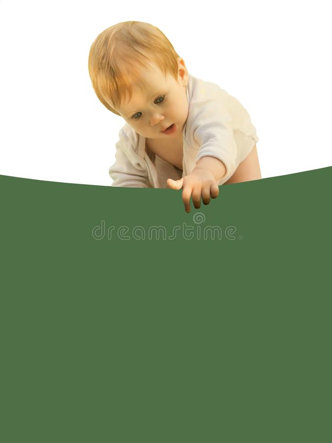 小女婴婴孩好奇地弯曲在色的板料 库存图片