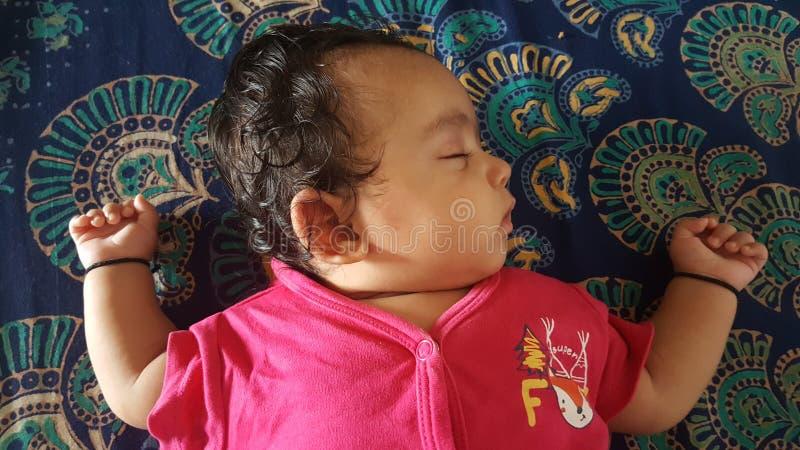 小女婴平安地睡觉 库存图片