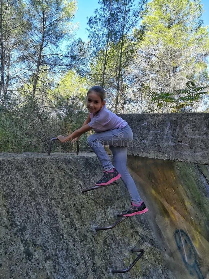 小女孩上升的台阶 免版税库存图片