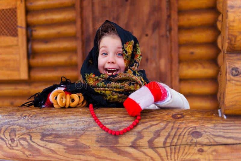 小女孩与百吉卷冬天 库存照片
