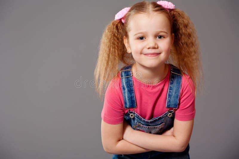 小女孩佩带的牛仔裤总体 库存图片